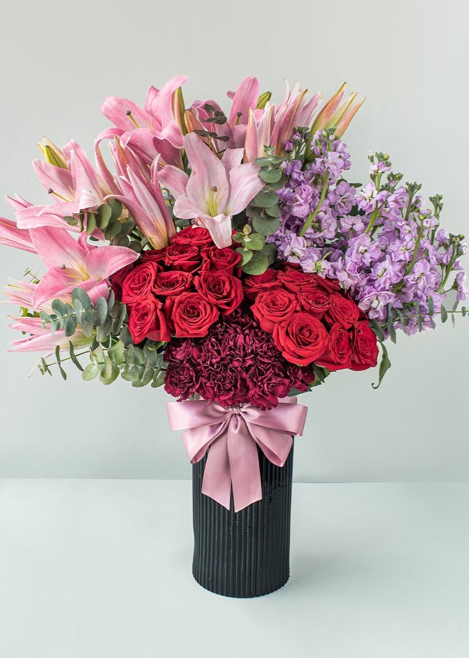 Imagen para Rosas y stargazer en jarrón negro - 1