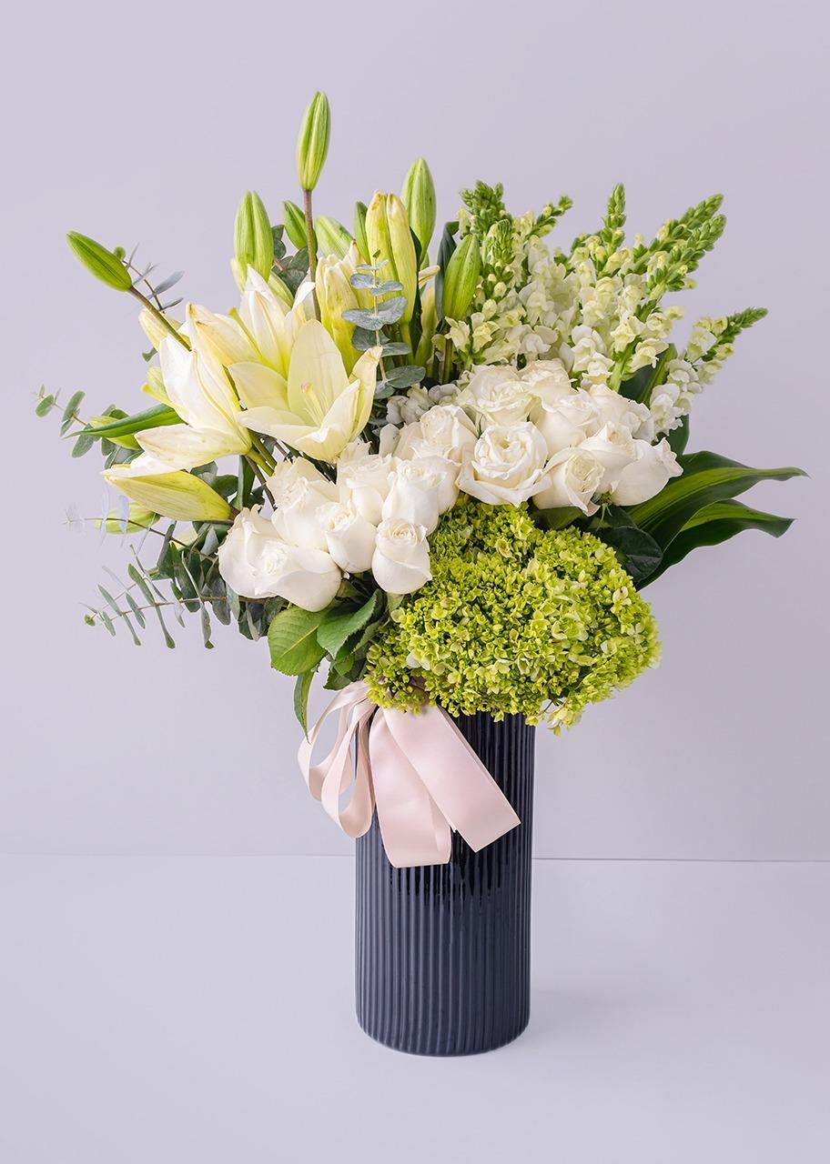 Imagen para Rosas blancas y hortensias en jarrón negro - 1