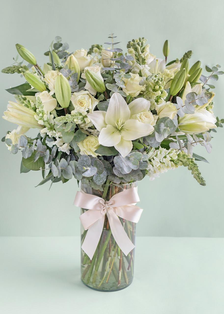 Imagen para Rosas blancas y lilys blancas en jarrón cilindro - 1