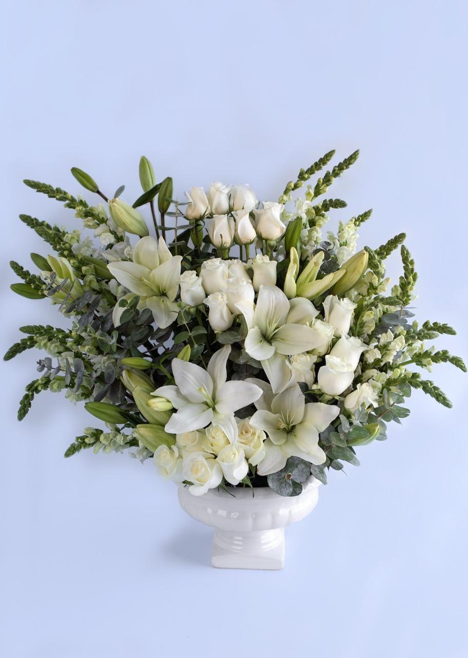Imagen para 24 Rosas blancas y lilys en base de cerámica - 1
