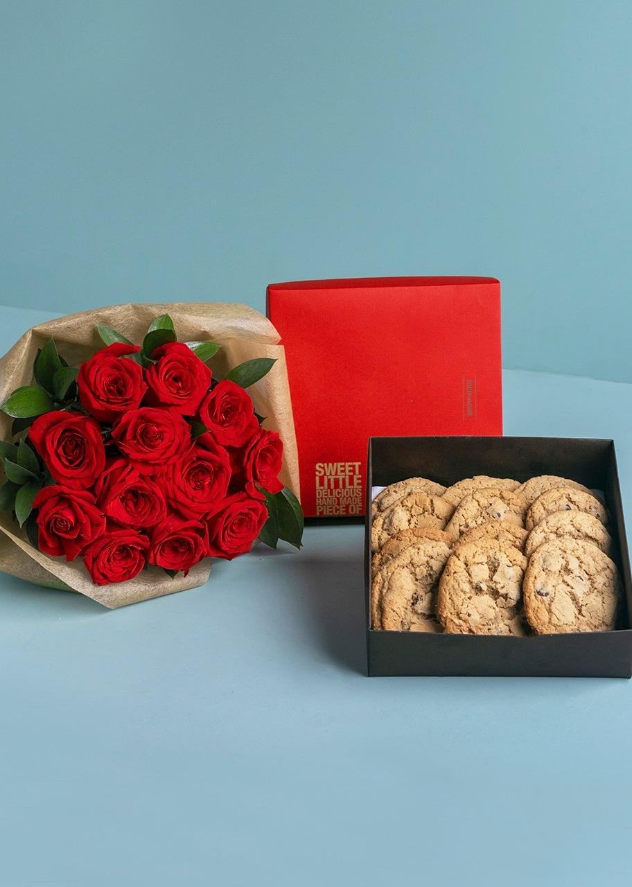 Imagen para Galletas Chocochip 12 pz con ramo rosas rojas - 1