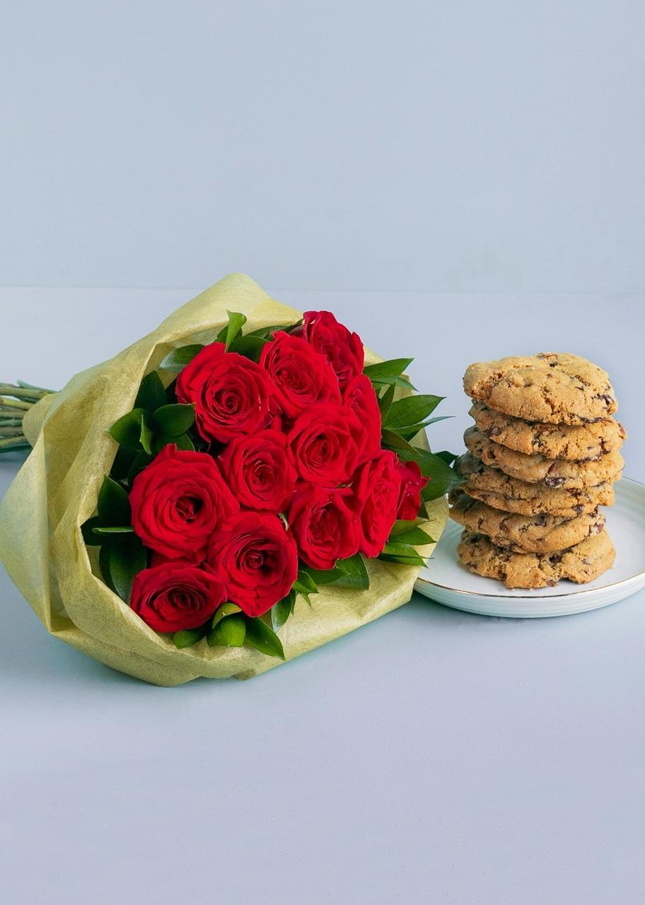 Imagen para Chocochip cookies 6 pcs with bouquet 12 roses - 1