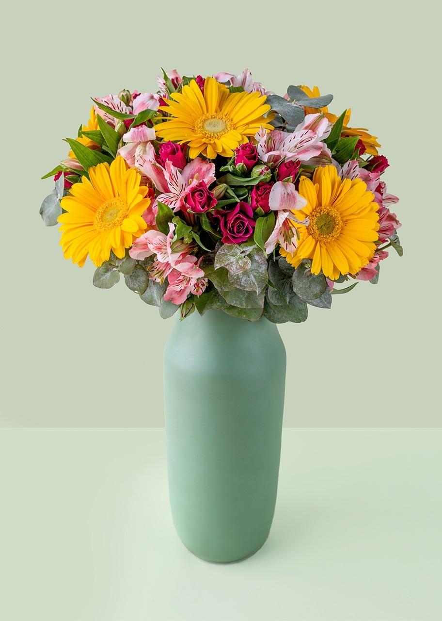 Imagen para Gerbera amarilla y mini rosas en jarron verde - 1