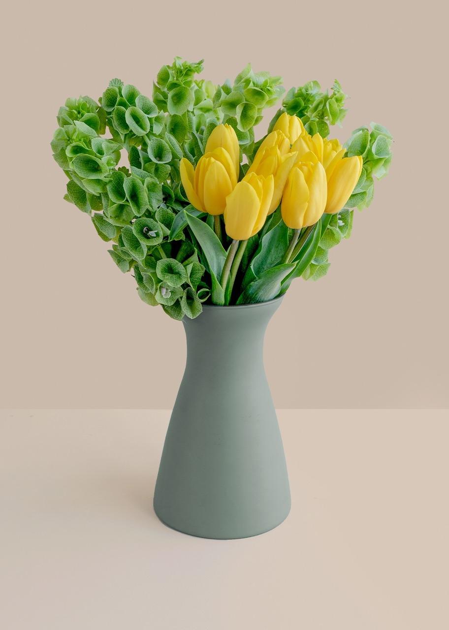 Imagen para 10 tulipanes amarillos en jarrón verde mate - 1