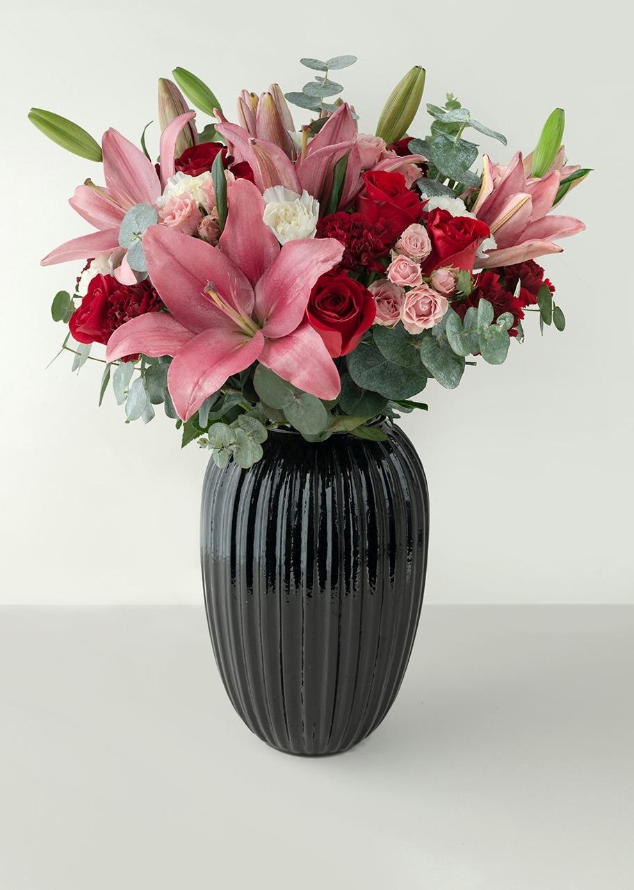 Imagen para Rosas rojas y Lilys en Jarrón Negro - 1