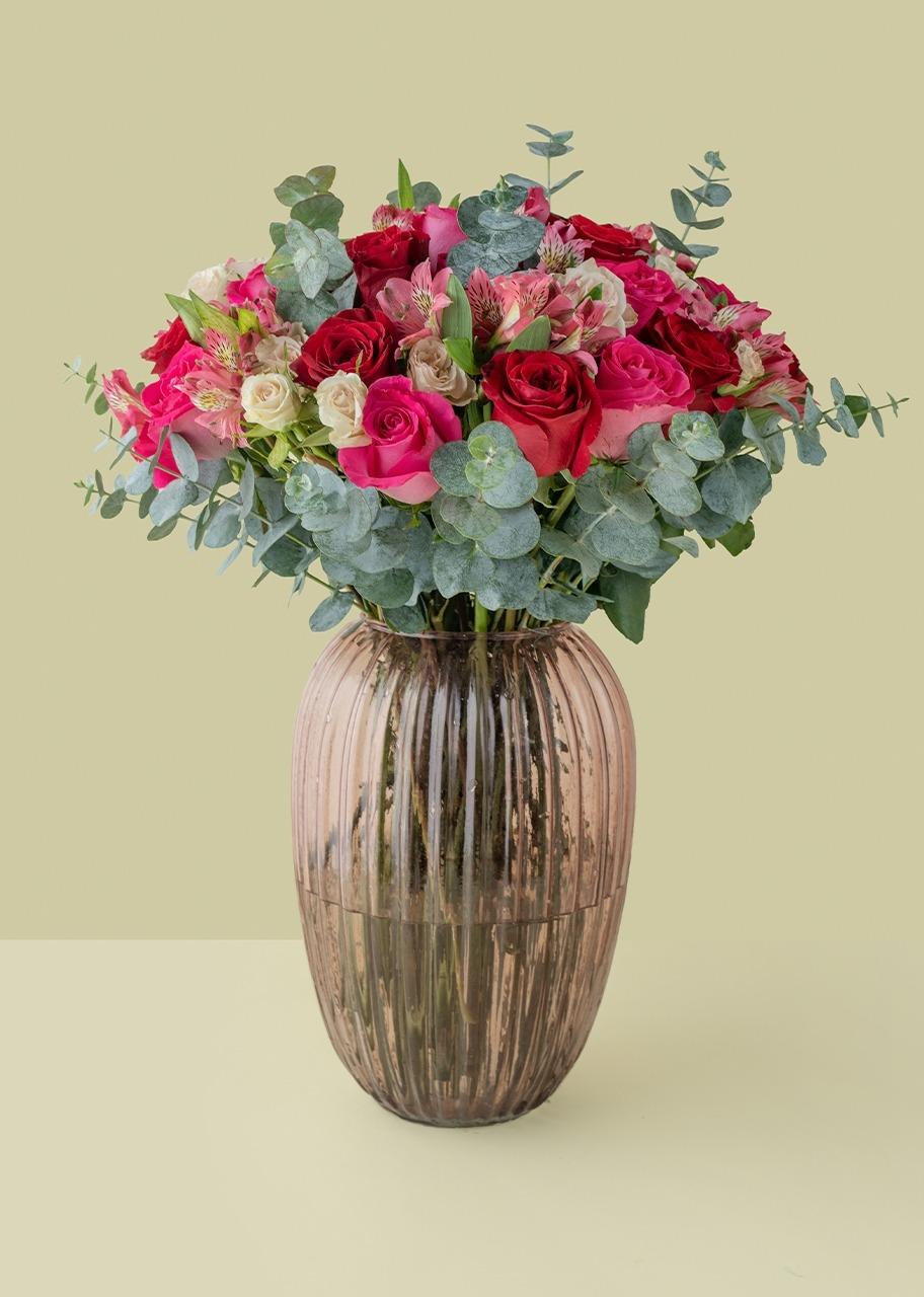 Imagen para Rosas Fiushas y Rojas en Jarrón rosa translúcido - 1