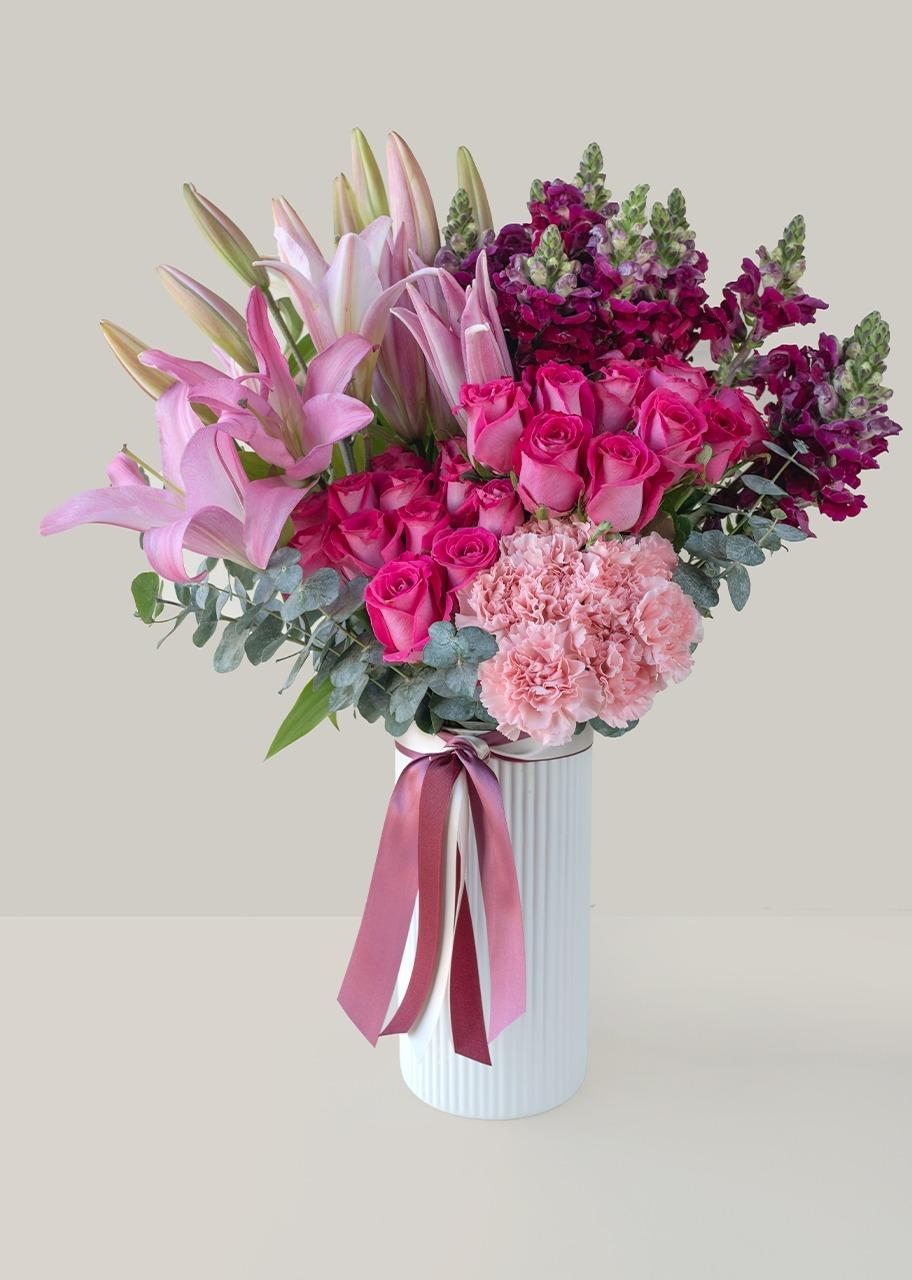 Imagen para Rosas fiushas y stargazers en jarrón blanco - 1
