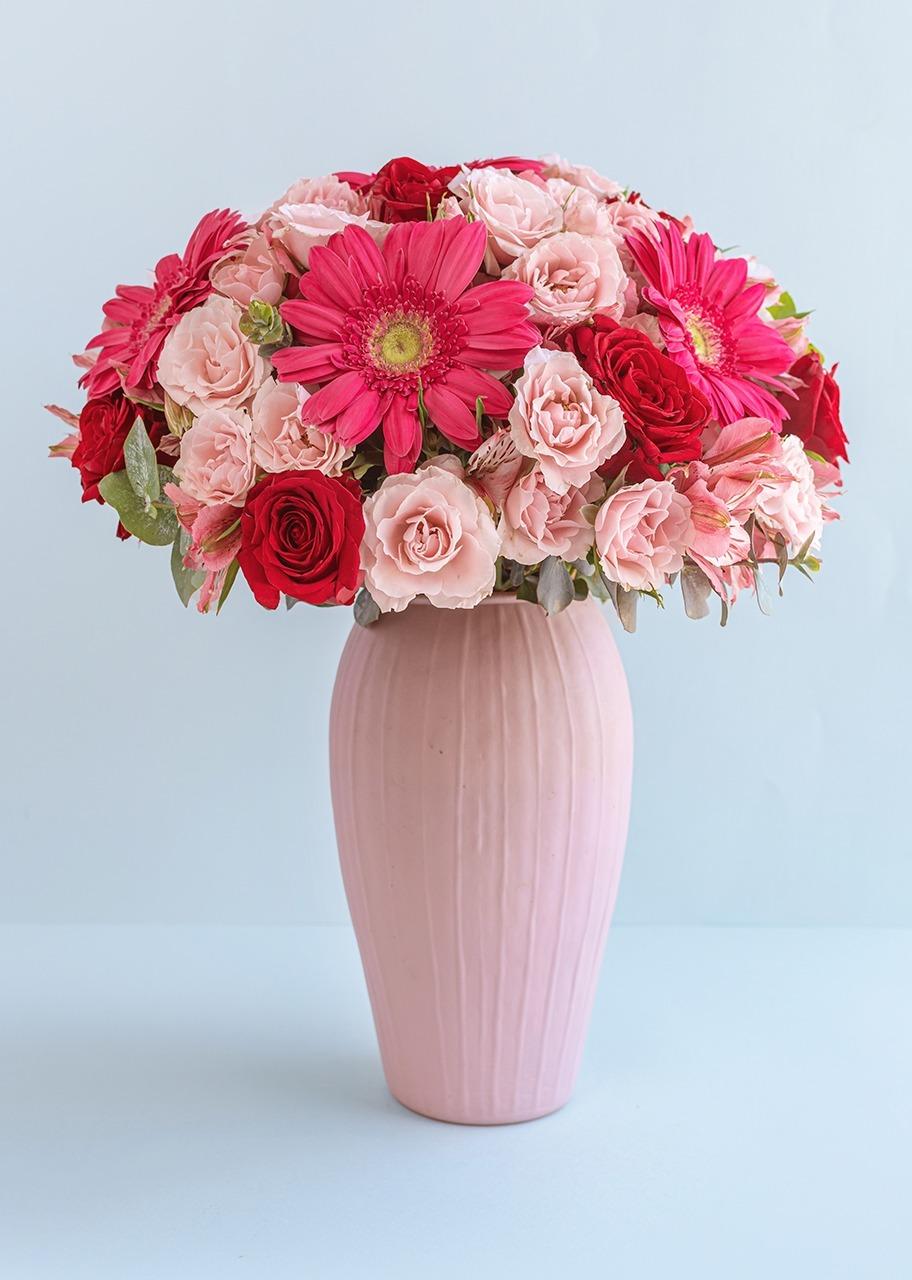 Imagen para 10 rosas y Gerberas en jarrón rosa - 1