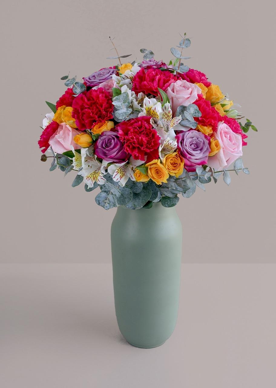 Imagen para Rosas y claveles fiushas en jarrón verde - 1