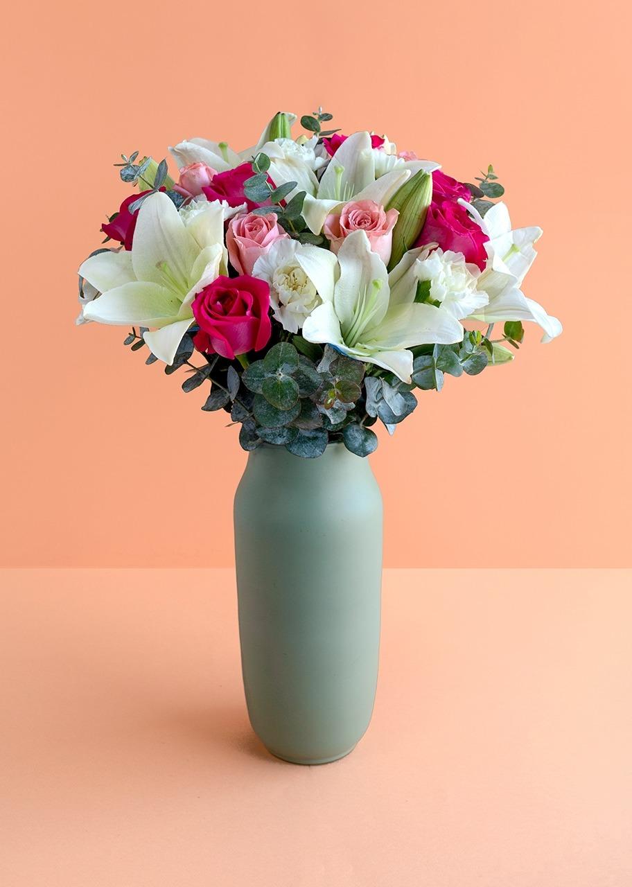 Imagen para Lilys blancas con rosas en jarrón verde - 1