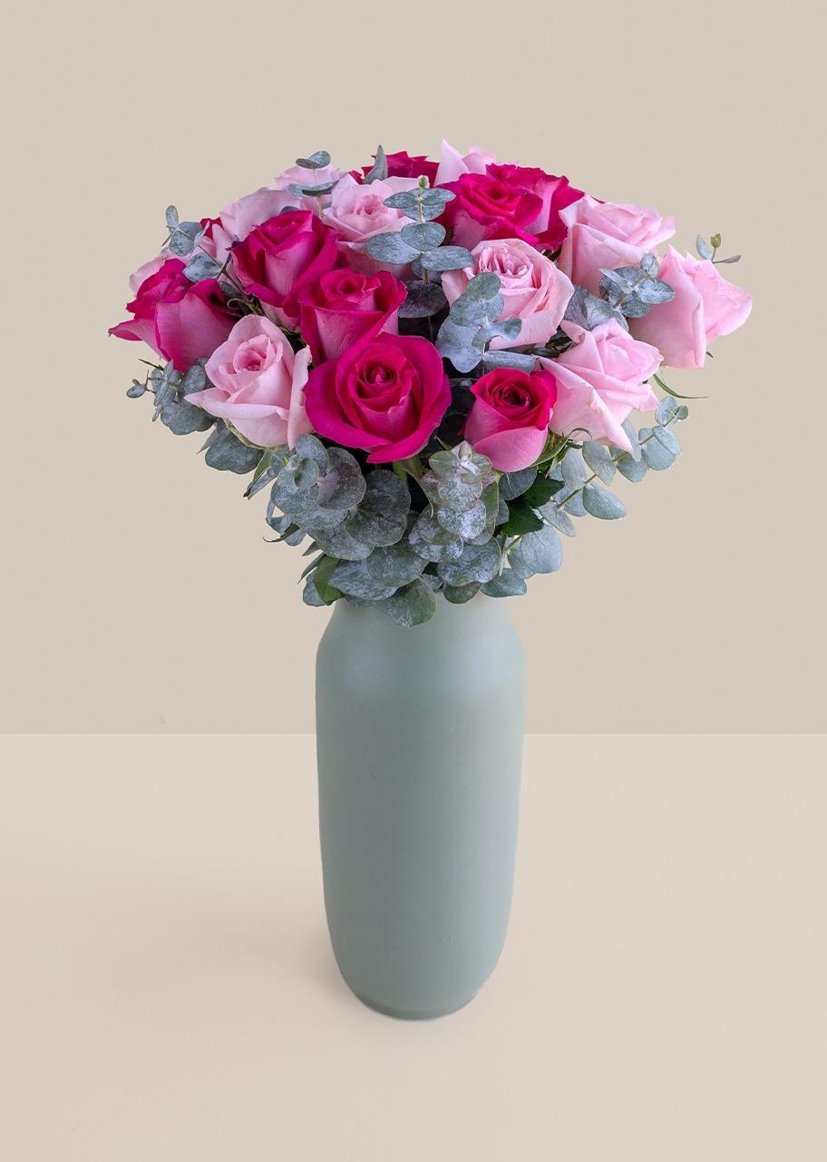 Imagen para Rosas rosa y fiusha en jarrón verde - 1