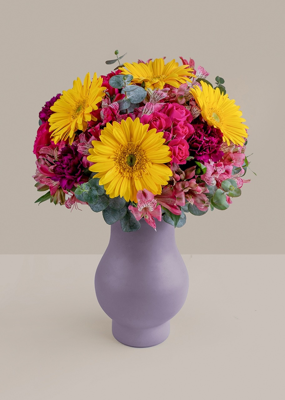 Imagen para Gerberas amarillas y mini rosas en jarrón lila - 1