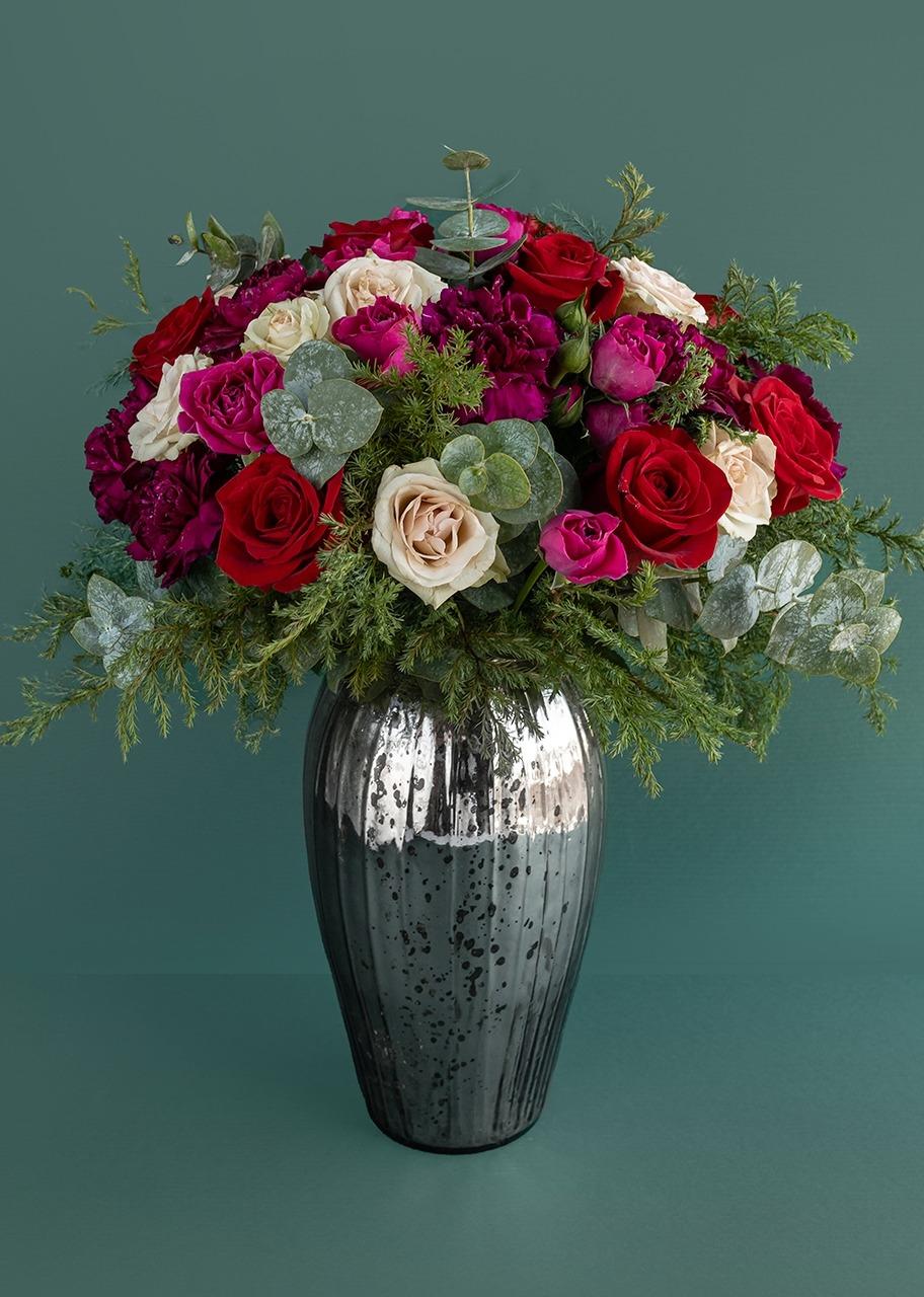 Imagen para Rosas rojas con pino en jarrón jaspeado platinado - 1