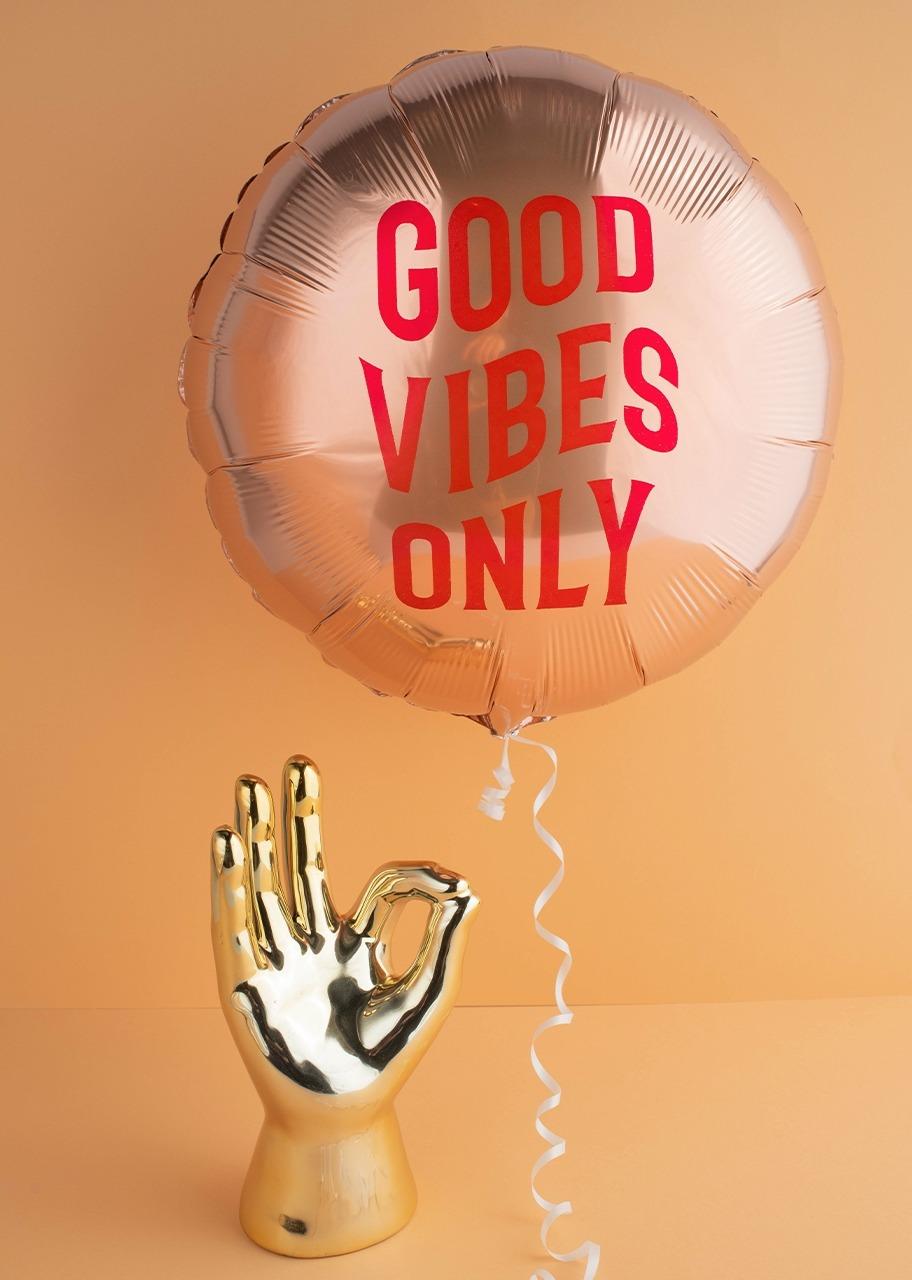 """Imagen para Mano dorada con Globo """"Good Vibes"""" - 1"""