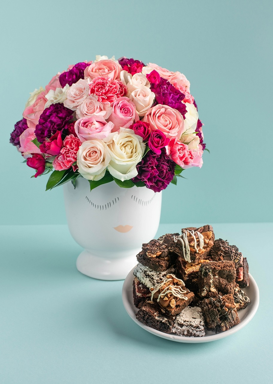 Imagen para Mini Brownies 16 pz La Divinata con Arreglo en base Carita - 1
