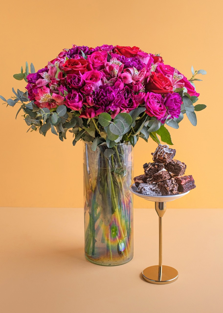 Imagen para Mini Brownies 8 pz La Divinata con Arreglo de Rosas - 1