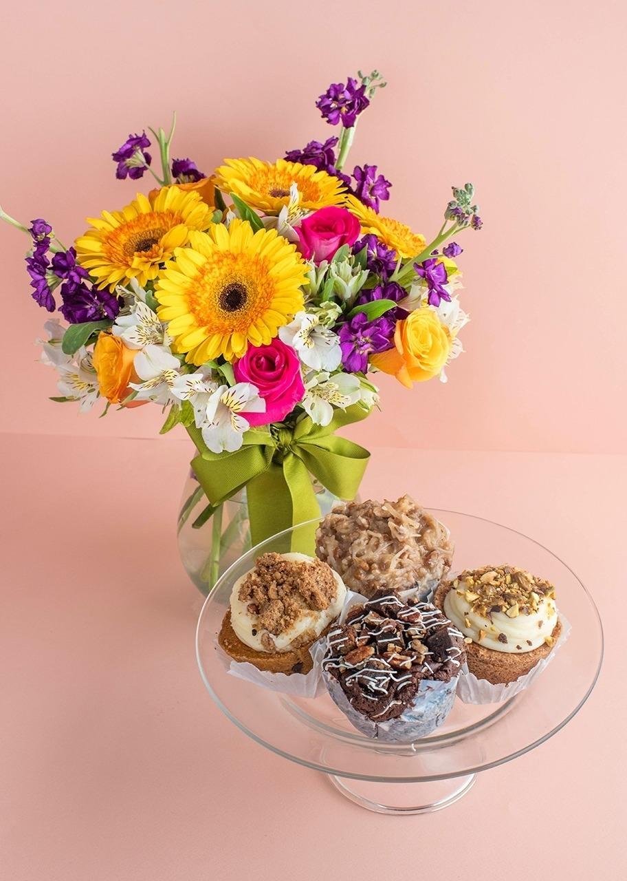 Imagen para Muffins 4 pz La Divinata con Arreglo de Gerberas - 1