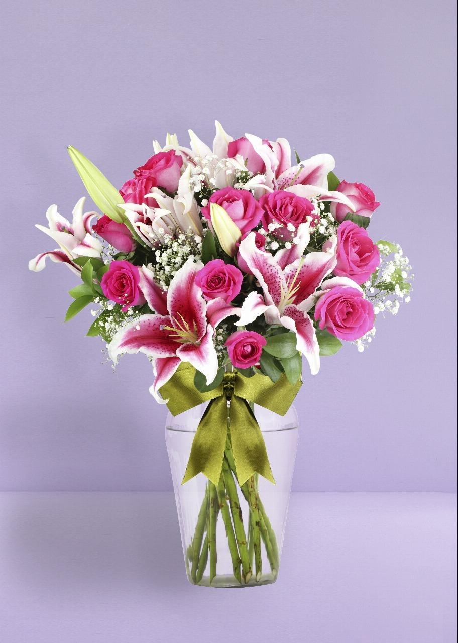 Imagen para Mujer Bonita con 12 Rosas - 1