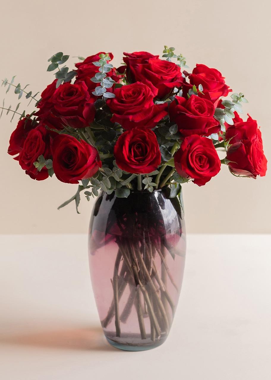 Imagen para Pasión de 24 Rosas Rojas en Jarrón - 1