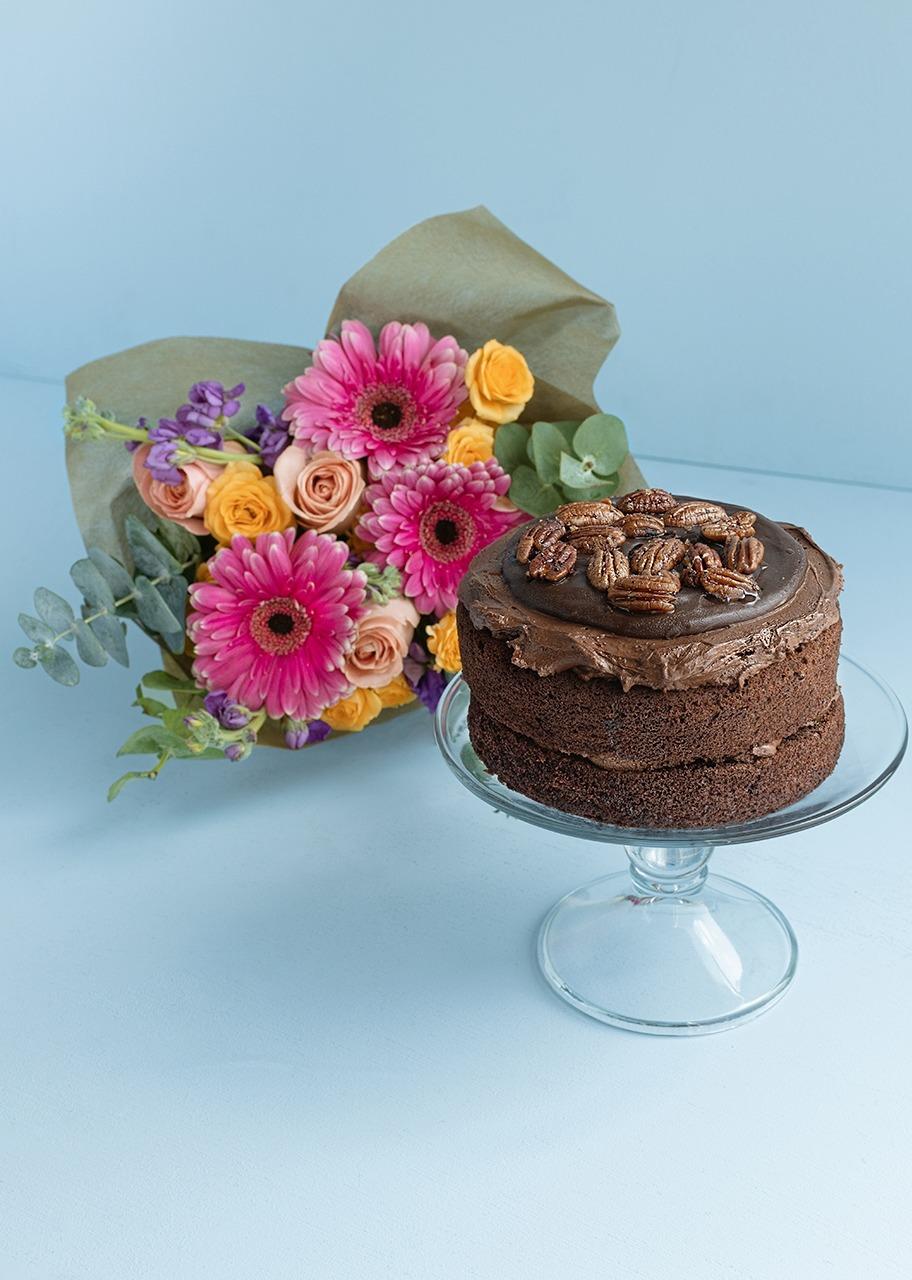 Imagen para Pastel Triple Chocolate CH y ramo de Gerberas y Alhelies - 1