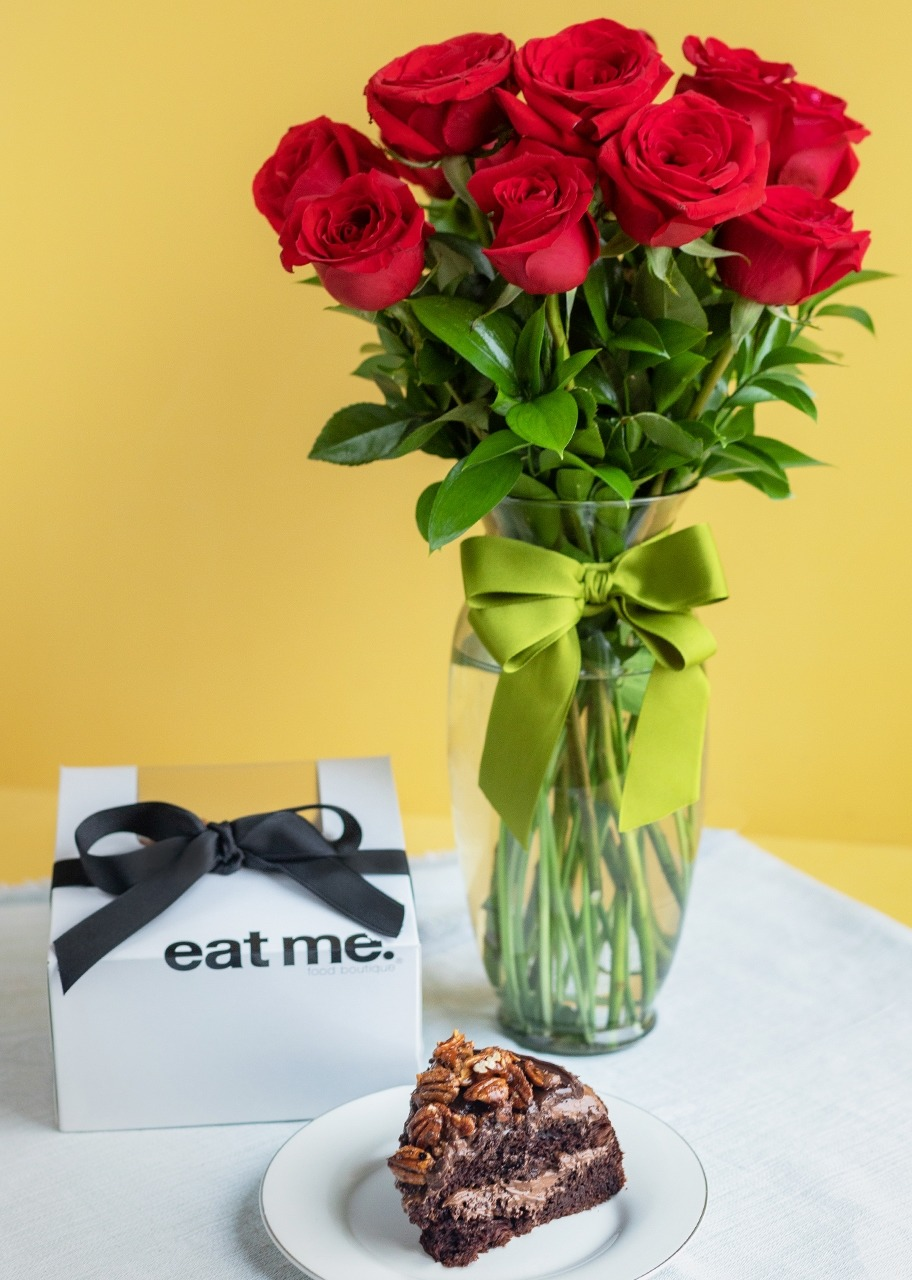 Imagen para Triple Chocolate Cake Small Size with 12 Red Roses - 1