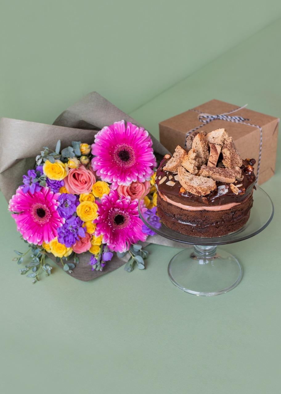 Imagen para Pastel de chocolate Baileys con ramo floral - 1