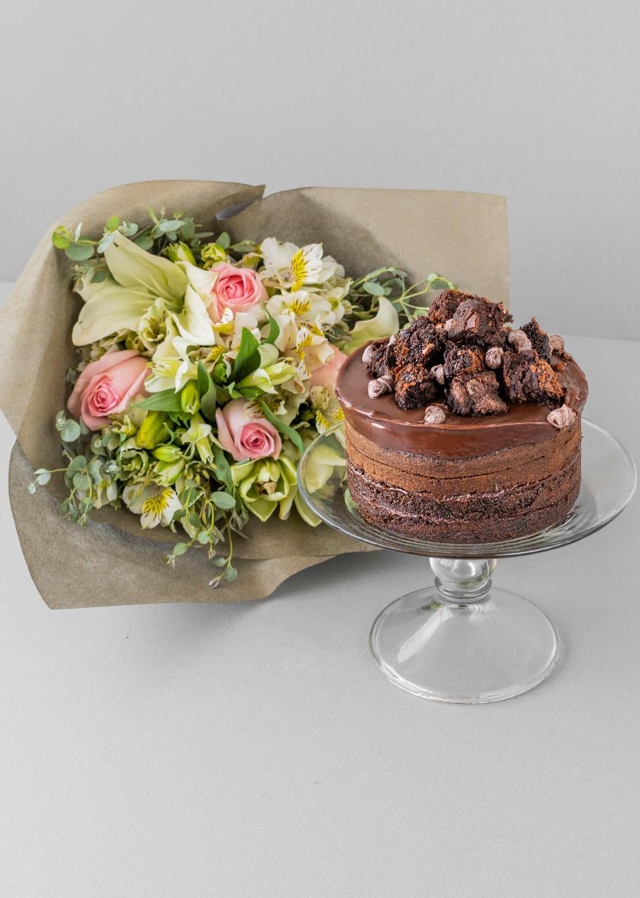 Imagen para Pastel de chocolate medianocon ramo floral - 1