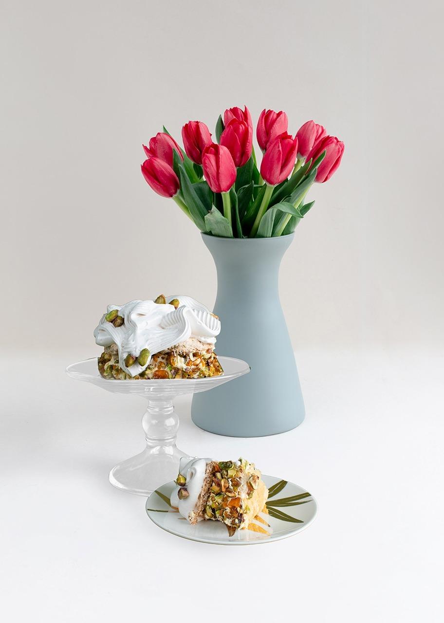 Imagen para Pastel pistache y tulipanes rojos - 1