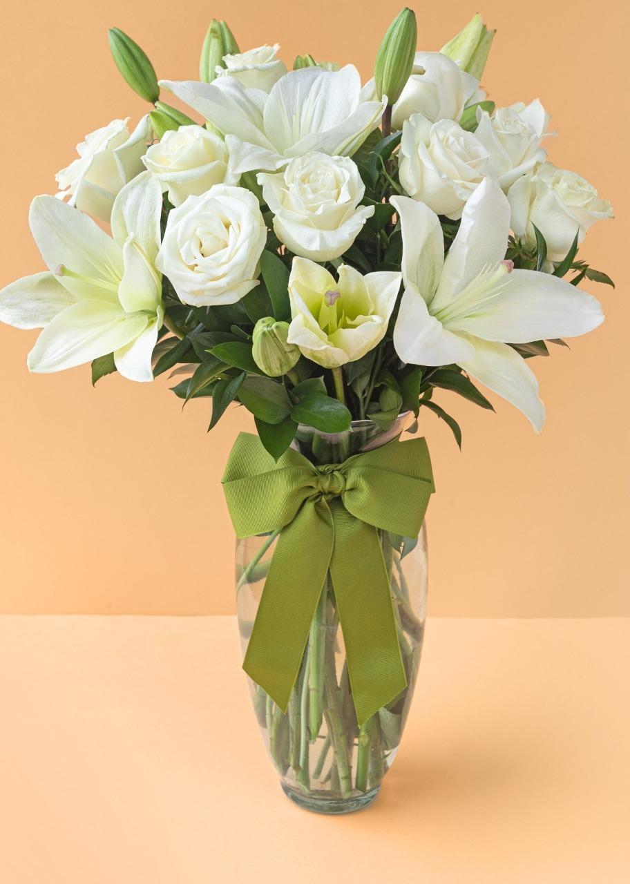 Imagen para Paz de 12 rosas blancas y lilys en jarrón - 1