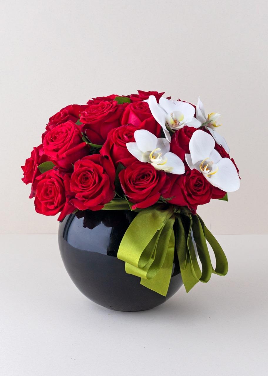 Imagen para 24 rosas rojas y orquideas en base negra - 1