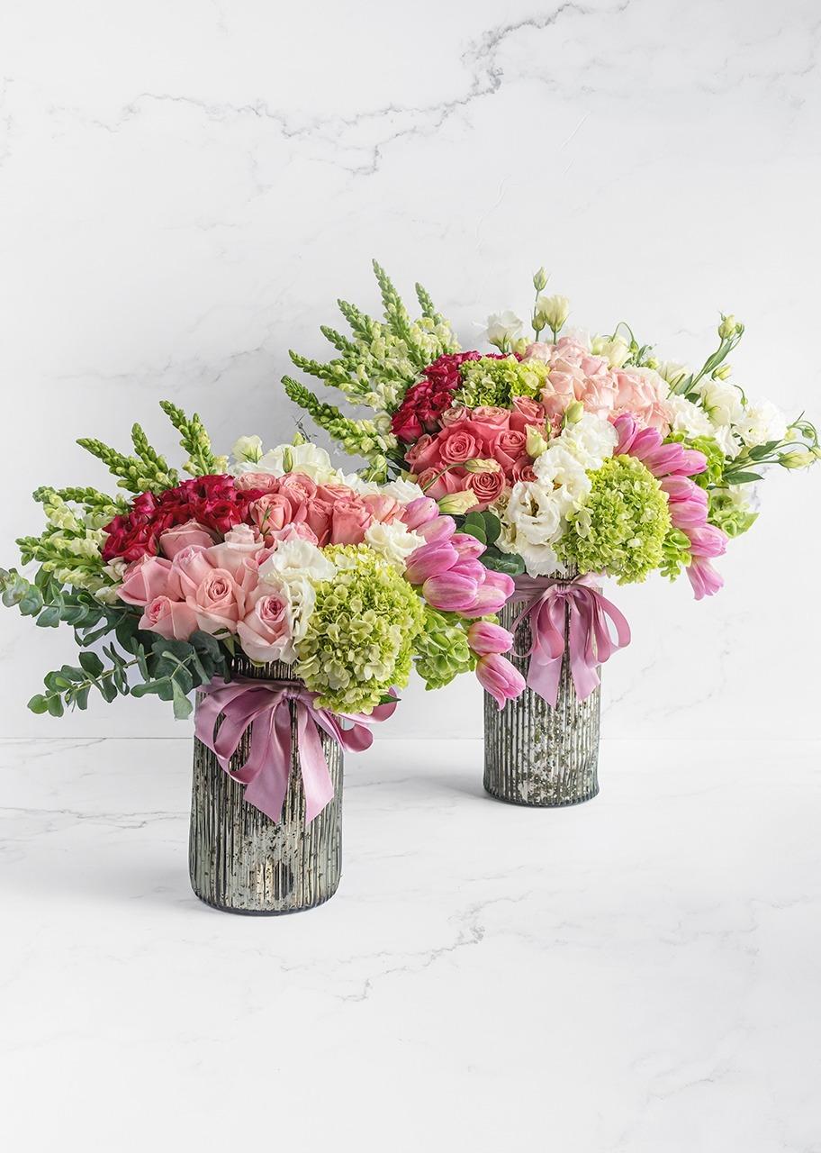 Imagen para Arrangements of roses and tulips in a platinum vase - 1