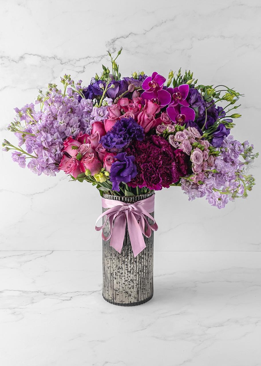 Imagen para Rosas lilas y orquídeas en jarrón platinado - 1