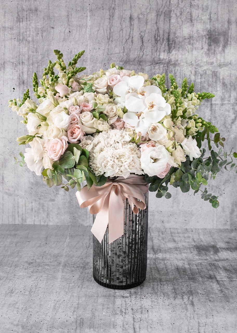 Imagen para Rosas blancas y orquídeas blancas en jarrón platinado - 1