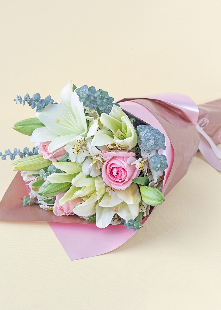 Imagen para Roses and Lily Flower Bouquet - 1