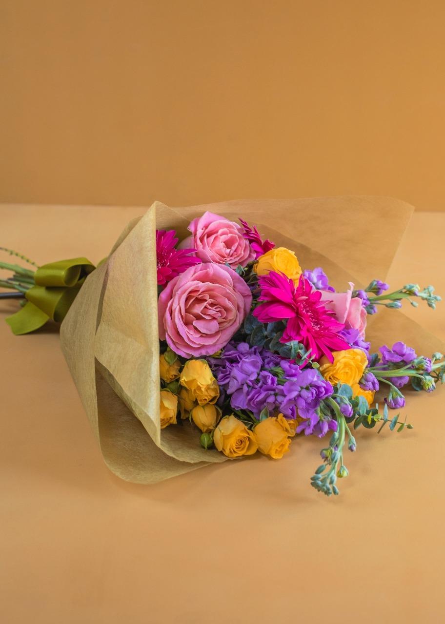 Imagen para Gerbera Daisies and Wallflower Bouquet - 1