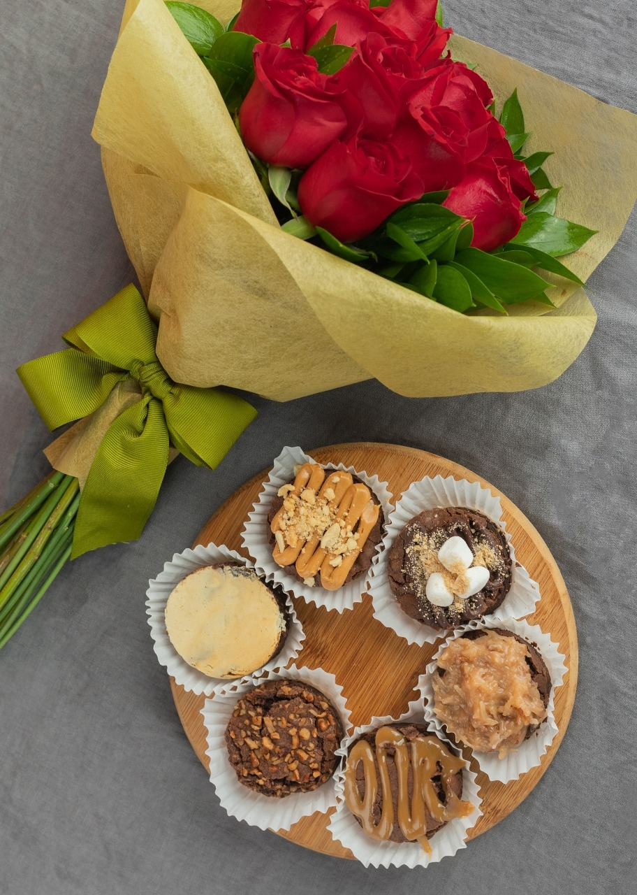 Imagen para Brownies with Red Roses Bouquet - 1