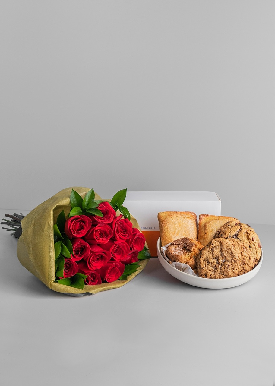 Imagen para Montacometa Mixed Patisserie with 12 Roses Bouquet - 1