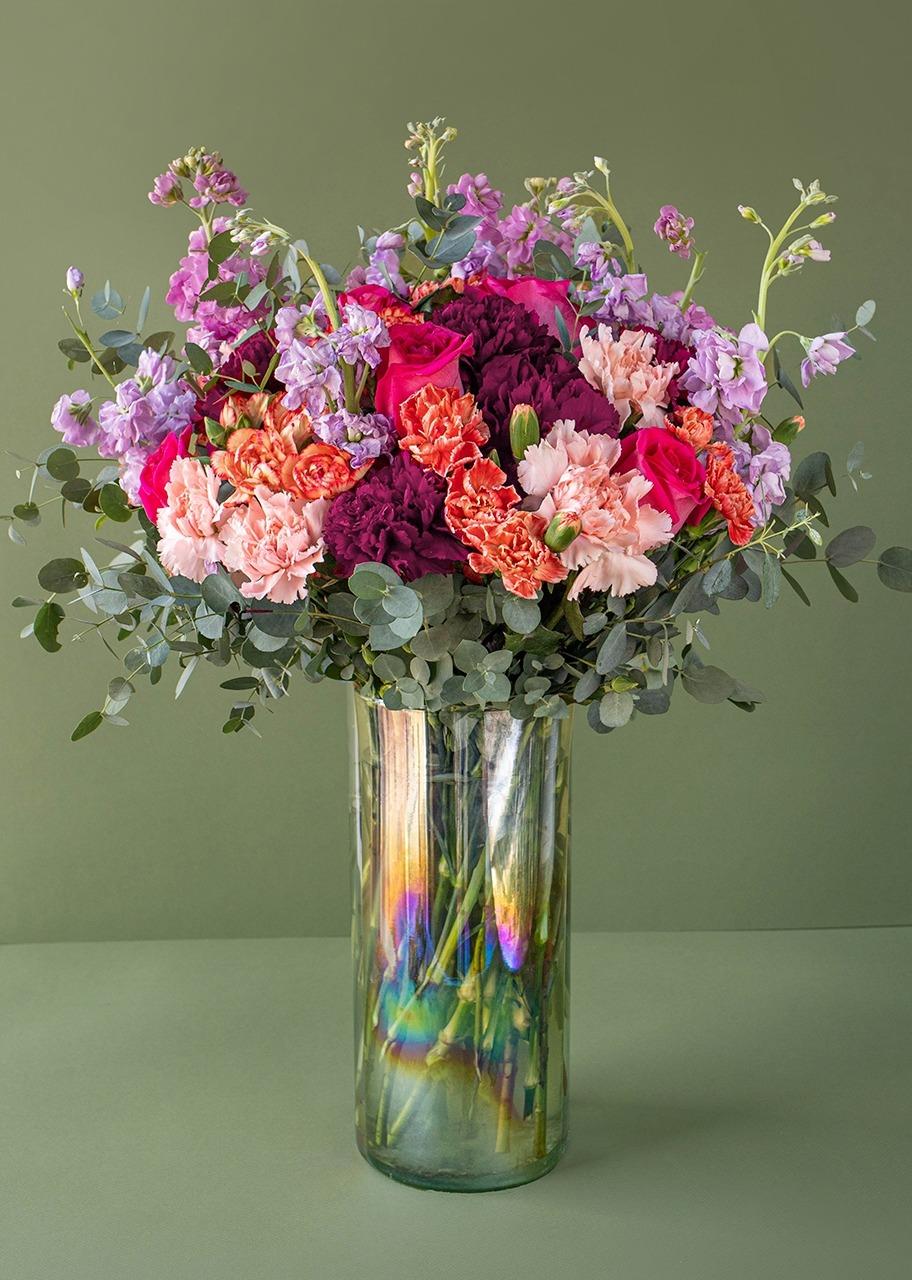 Imagen para Rosas Fiushas y claveles en jarrón tornasol - 1