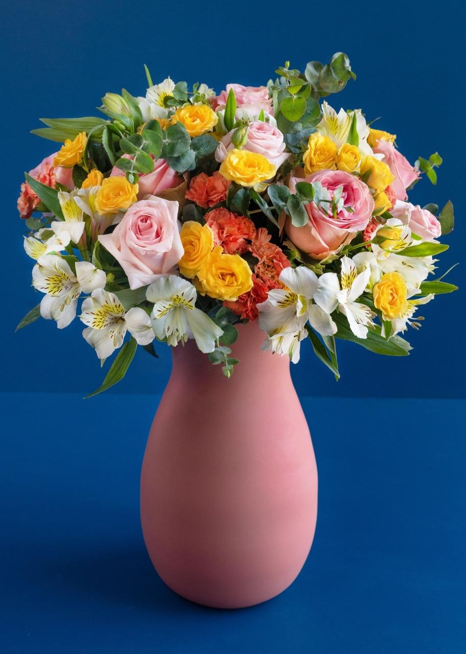 Imagen para Rosas Rosas y Claveles amarillos en jarrón - 1