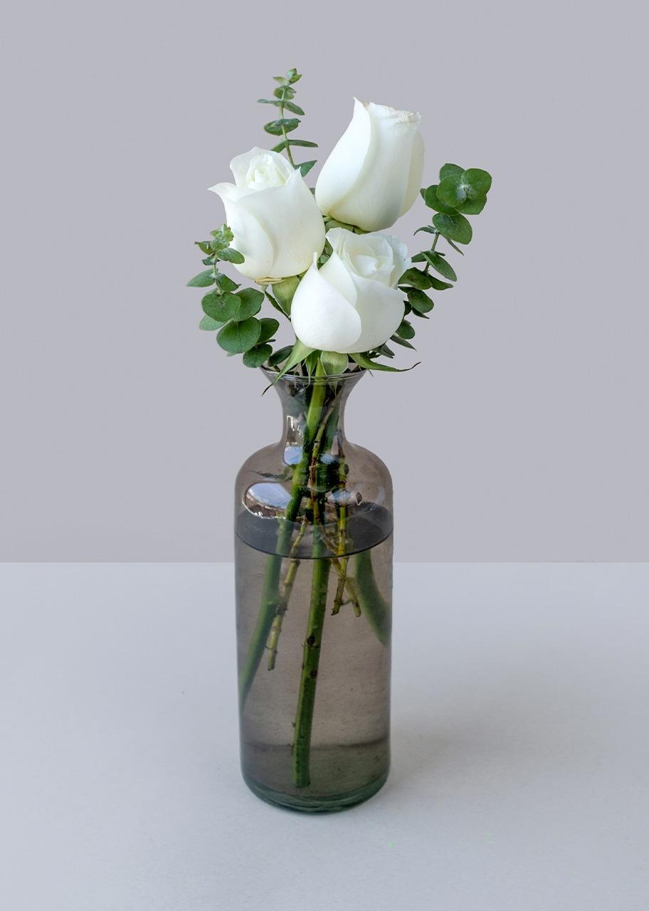 Imagen para Rosas blancas en violetero gris - 1