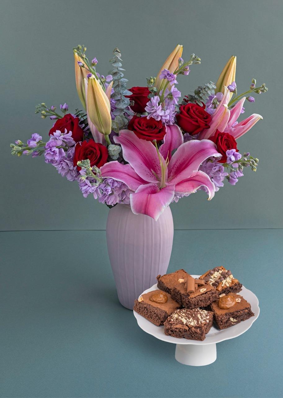 Imagen para Rosas en jarrón rosa con brownies - 1