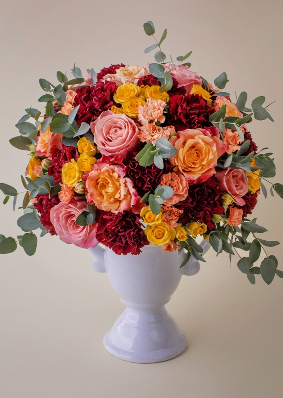 Imagen para Rosas naranja y claveles en copa de cerámica - 1