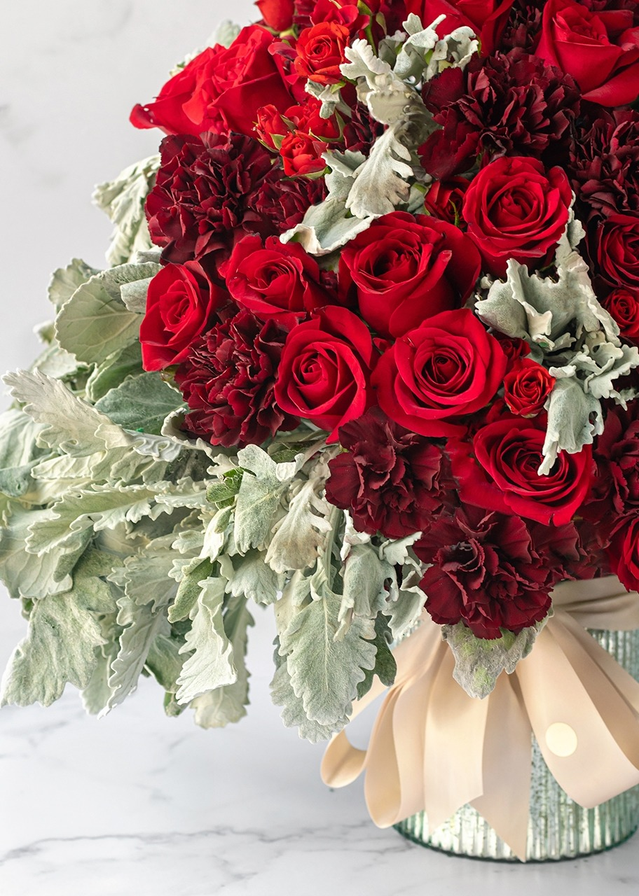 Imagen para Red roses and cherry carnations in vase - 1