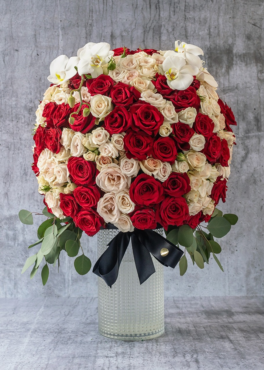 Imagen para Red roses and white orchids in vase - 1
