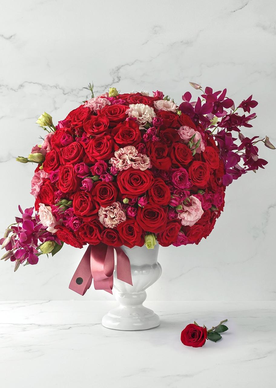 Imagen para Rosas rojas y orquídeas en base de cerámica - 1