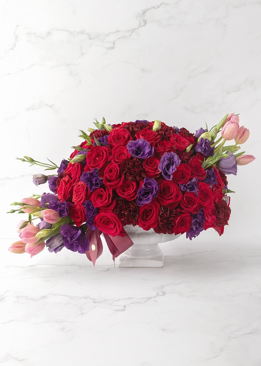 Imagen para Red roses and tulips in ceramic vase - 1