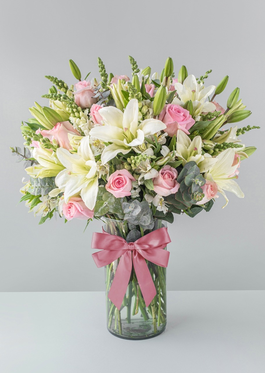 Imagen para Pink roses and Lilies in transparent vase - 1