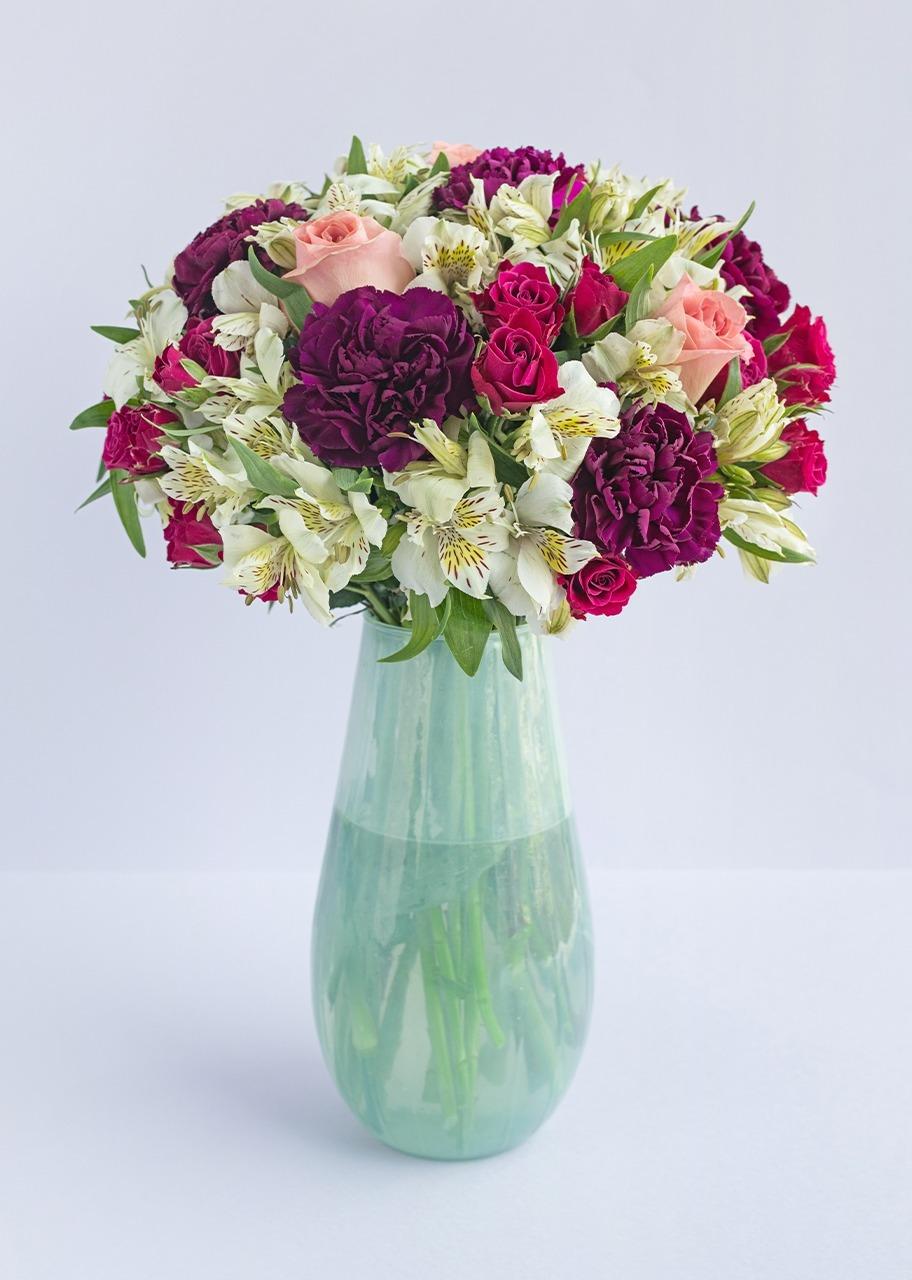 Imagen para Rosas y mini rosas en jarrón blanco traslúcido - 1