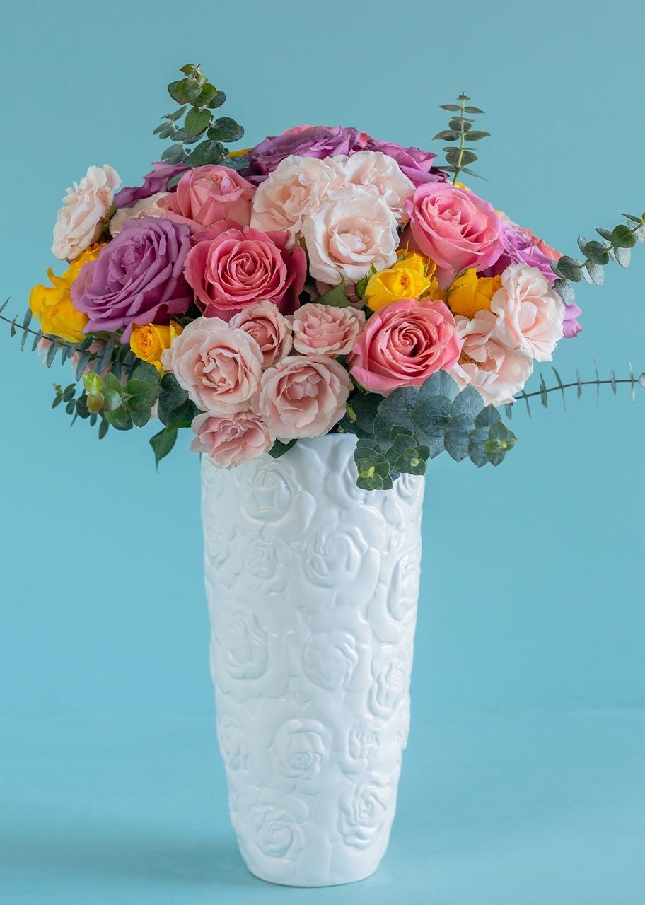 Imagen para Rosas y mini rosas en jarrón de ceramica - 1