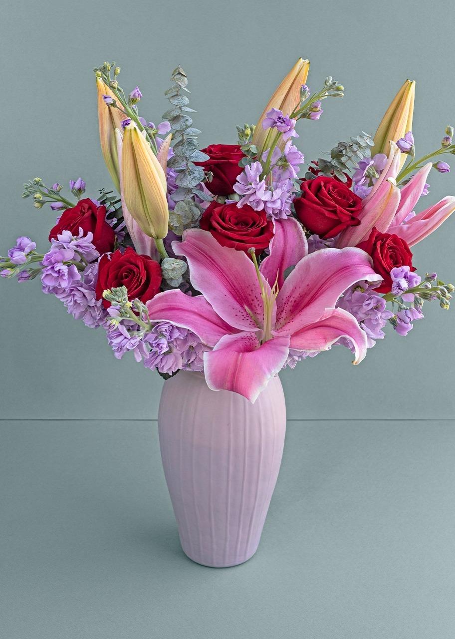 Imagen para Rosas y stargazer en jarrón rosa - 1